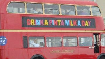 Imagen de un autobús de dos plantas con un mensaje en letras de colores