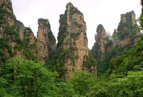 Rocas monumentales con mucha vegetación